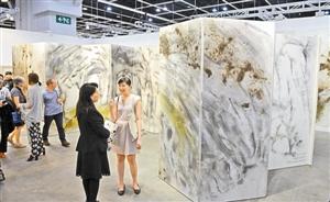 参观者在欣赏艺术家蔡国强的画作《游走太鲁阁》。 新华社 发