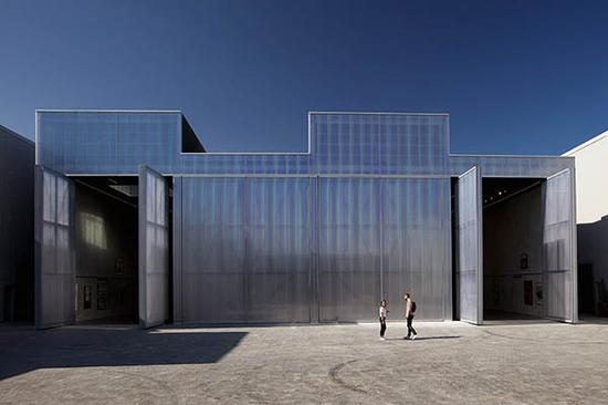"""""""混凝土""""架构对旧仓库加以改造,有创新但也保留了部分旧的架构"""