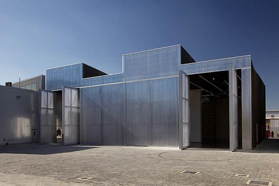 内部包括一个灵活的地板与四个活动墙