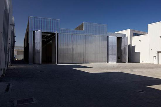 内部空间具有双高度天花板和活动墙