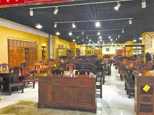 在南宁的某红木家具市场内,光顾者寥寥,与原料的暴涨形成反差