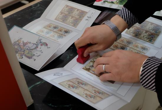 集邮爱好者为购买的《西游记(二)》品邮赏珍邮折盖纪念戳