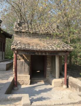 曹植墓前立有清光绪二十五年(公元1899年)重修的碑楼1座,碑楼内放置有隋代所立的曹植墓碑。