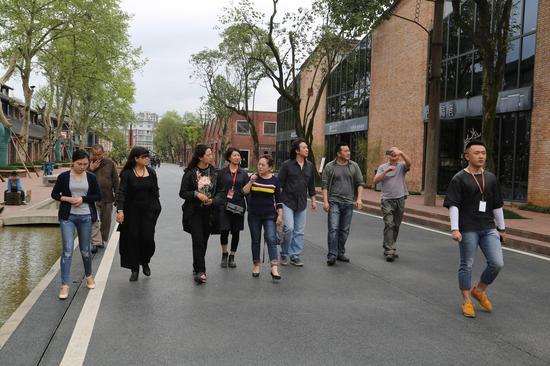 工作人员带领中央美术学院教师一行参观景德镇陶溪川艺术园区2