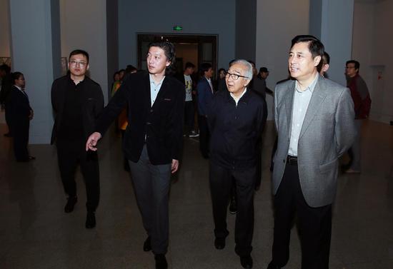 展览现场 文化部副部长董伟与著名油画家靳尚谊先生观看展览