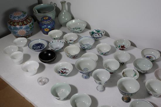 """海口收藏人士周泽师(化名)购买的大量所谓""""成化瓷""""。"""