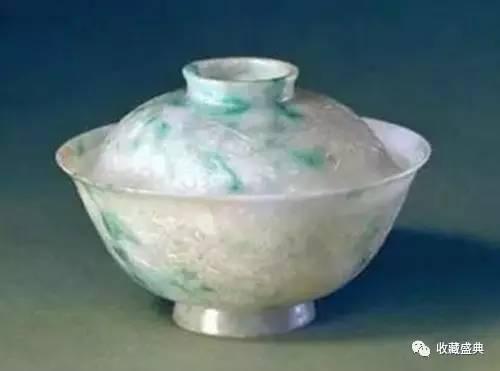 翠缠枝莲纹盖碗(图片来源于网络)