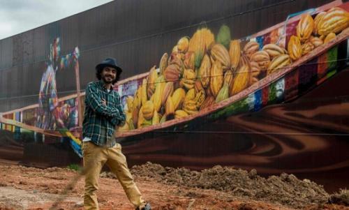 爱德华多·科布拉和他此次创作的壁画。