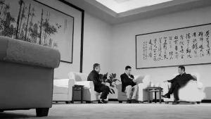 卢力彬书法《人民解放军占领南京》出现在剧中省委书记的接待室中