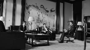 周京新《《苍鹭》系列复制品出现在剧中会客室里
