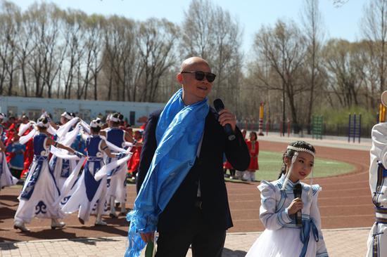 吕俊杰大师现场为孩子们献歌