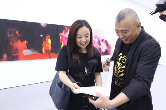 艺术家冯斌为观众签名