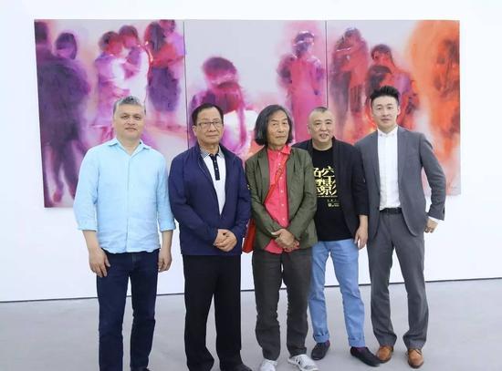 左起:著名收藏家任天进、台湾著名收藏家林明哲、著名艺术家王冬龄、艺术家冯斌、e当代美术馆执行馆长Kenna