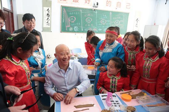 吕俊杰大师现场为孩子们传授陶艺知识