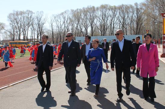 马焕龙书记陪同于再清主席、吕俊杰大师等一行来到学校。