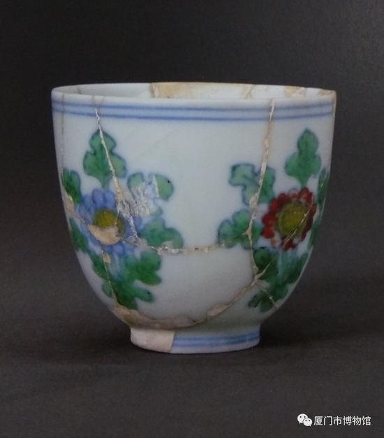 成化斗彩折枝菊纹小杯 景德镇出土 高4.8厘米,口径5.2厘米,底径2.4厘米。