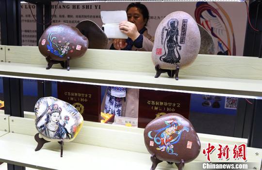 图为郭仁华创作的敦煌壁画系列作品。