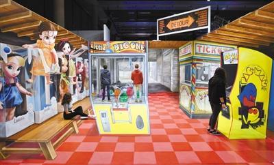 """4月16日,在德国慕尼黑,人们参观""""魔力城市""""展览。"""