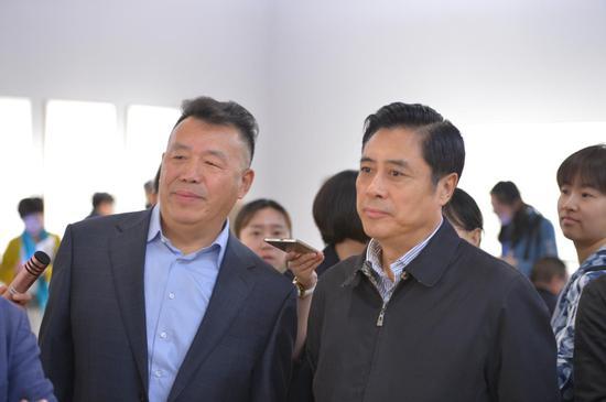 艺术家李岗与文化部副部长董伟观展