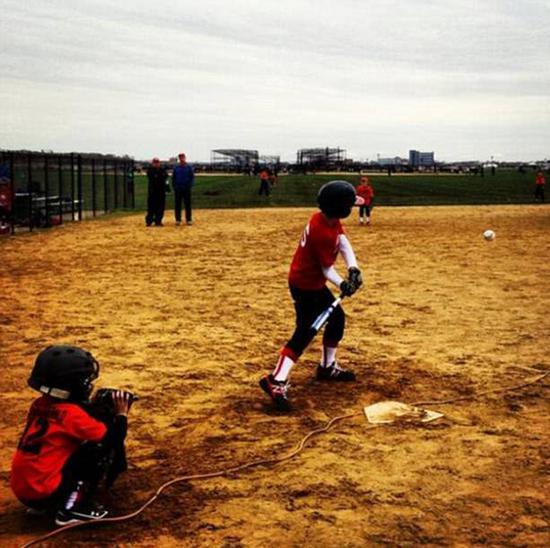 2013年,巴伦正与朋友们打棒球。