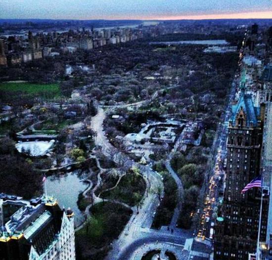 2013年4月,梅拉尼娅从特朗普大厦上拍摄的黄昏下的中央公园。