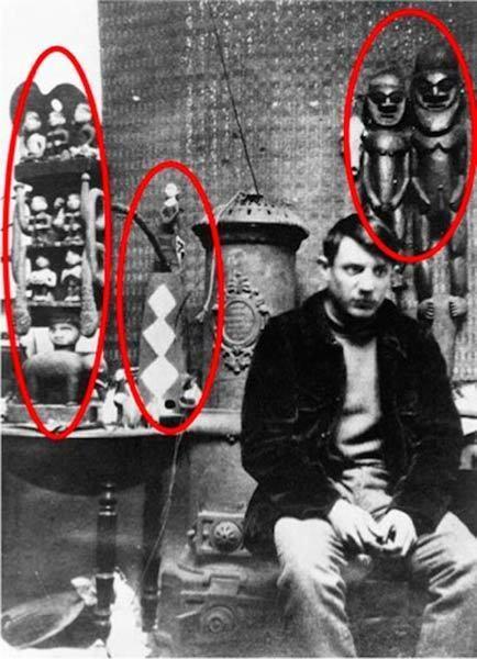"""毕加索在巴黎的""""洗濯船画室""""(L 毕加索在巴黎的""""洗濯船画室""""(L'atelier du Bateau-Lavoir)里摆满了原始艺术品,Franck Gelett Burgess 拍摄于1908年"""