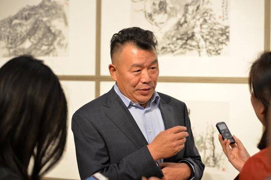 艺术家李岗接受记者采访