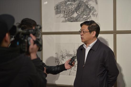中国美术家协会分党组书记徐里接受媒体采访