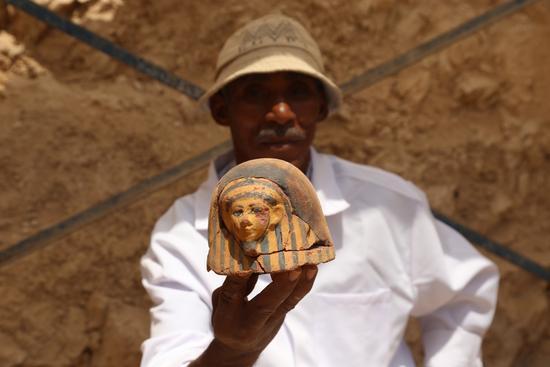 埃及古城卢克索,工作人员展示乌塞尔哈特墓出土的文物。新华社发(艾哈迈德・戈马摄)