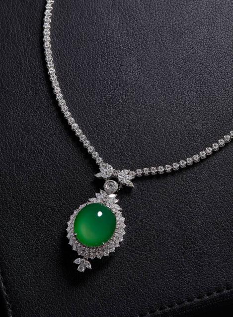 天然满绿翡翠蛋面配钻石吊坠项链   JADEITE AND DIAMOND PENDANT NECKLACE翡翠尺寸约24×21.5×8mm