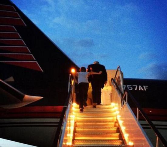 2014年6月,特朗普带着巴伦正登上私人飞机。