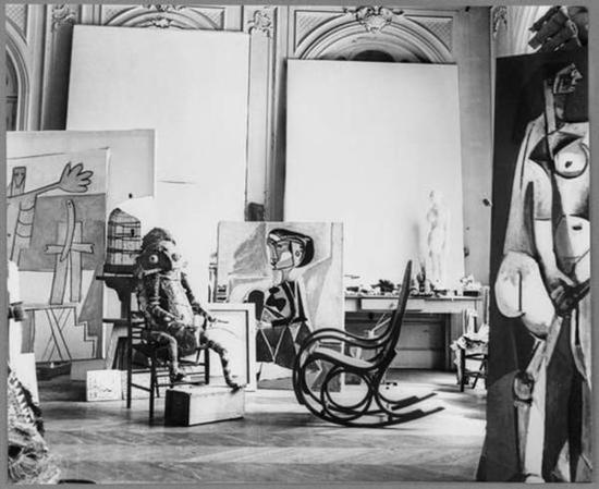 """毕加索在戛纳的""""加利福尼亚别墅""""中摆放着大洋洲食人女妖Nevimbumbaau的雕像。 图片来源: Villers Andr 摄,ADAGP,Paris"""