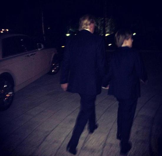 """2014年感恩节期间,梅拉尼娅从后面拍摄丈夫和儿子的照片,并亲切地称他们为""""我的两个男孩""""。"""