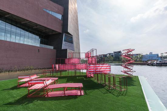 李民伟,《开展所能X》,装置(可折叠椅、折叠床),尺寸可变,2017。图片:致谢艺术家及麓湖·A4美术馆