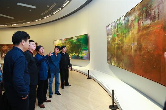 美协主席刘大为先生和艺术家王衍成等嘉宾一起观展