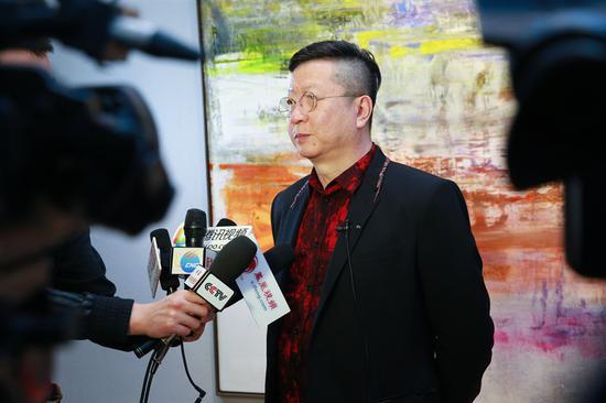 艺术家王衍成接受众多媒体采访
