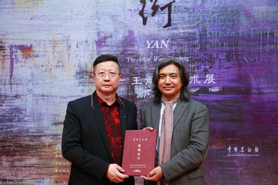 中国美术馆馆长吴为山为艺术家王衍成颁发中国美术馆收藏证书