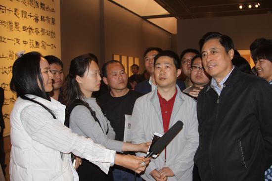 文化部副部长董伟先生参观陈海良先生书法展