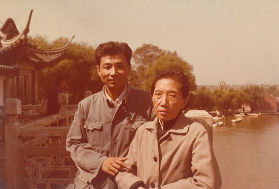 与傅抱石夫人罗时慧师母在莫愁湖