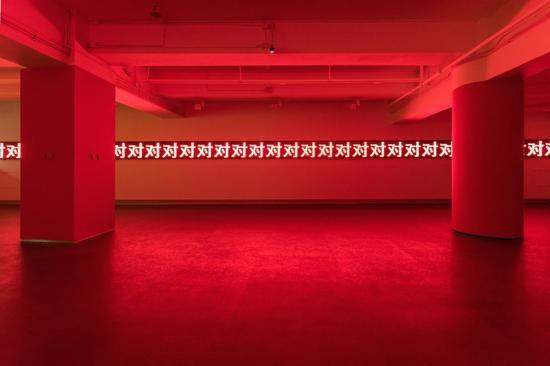 雎安奇,《红》,装置(LED灯箱 监视器 影像),尺寸可变,2017。图片:致谢麓湖·A4美术馆;摄影:何博