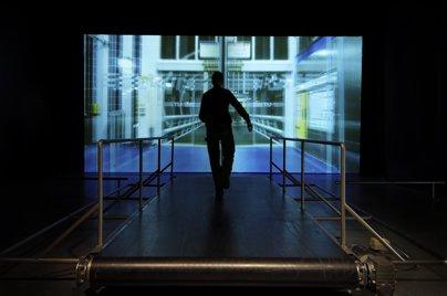 Marnix De Nijs,《城中快跑》,装置(视频、跑步机),尺寸可变,2017。图片:致谢艺术家及麓湖·A4美术馆