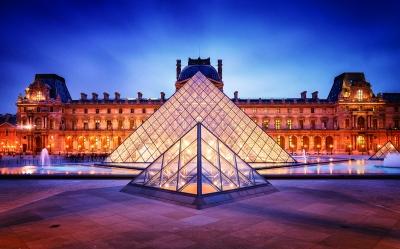 贝聿铭设计的法国卢浮宫玻璃金字塔