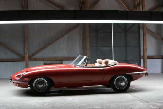 1969 年 Jaguar E-Type 4.2 升直列六缸引擎,265bhp 马力,39.1kgm 扭力,四速手排变速系统