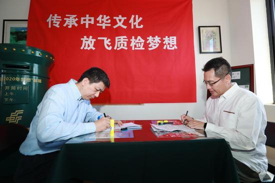 图:支部书记在给各自党支部的未来信上签名