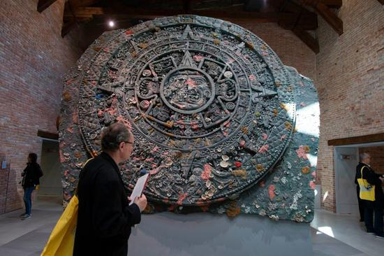 赫斯特的《Calendar Stone》。图片:Miguel Medina AFP Getty Images