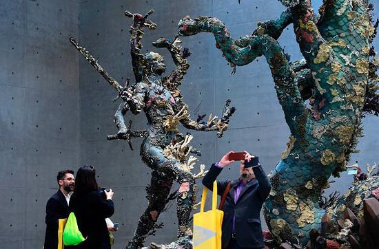 展场中一件名为《Hydra and Kali》的雕塑引人注目。图片:Miguel Medina AFP Getty Images