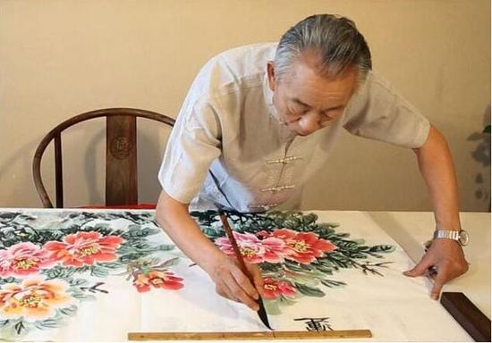 70余岁高龄画家石开正在创作牡丹作品