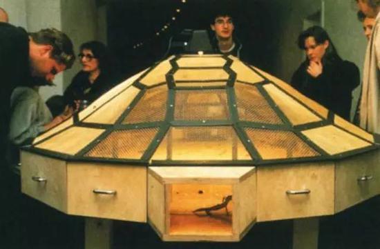 展览标题来自黄永砅1993年创作的《世界剧场》,现藏于阿布扎比古海姆美术馆(Guggenheim Abu Dhabi)