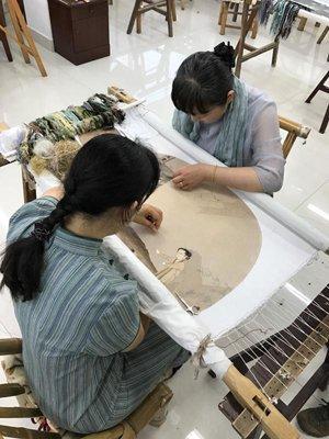 苏绣大师姚惠芬和她的徒弟再现李嵩的《骷髅幻戏图》