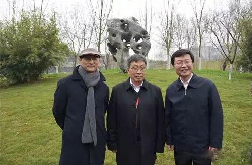 曾成钢(左)、贺中令(中)、潘朝辉(右)在贺中令作品《米芾拜石》前